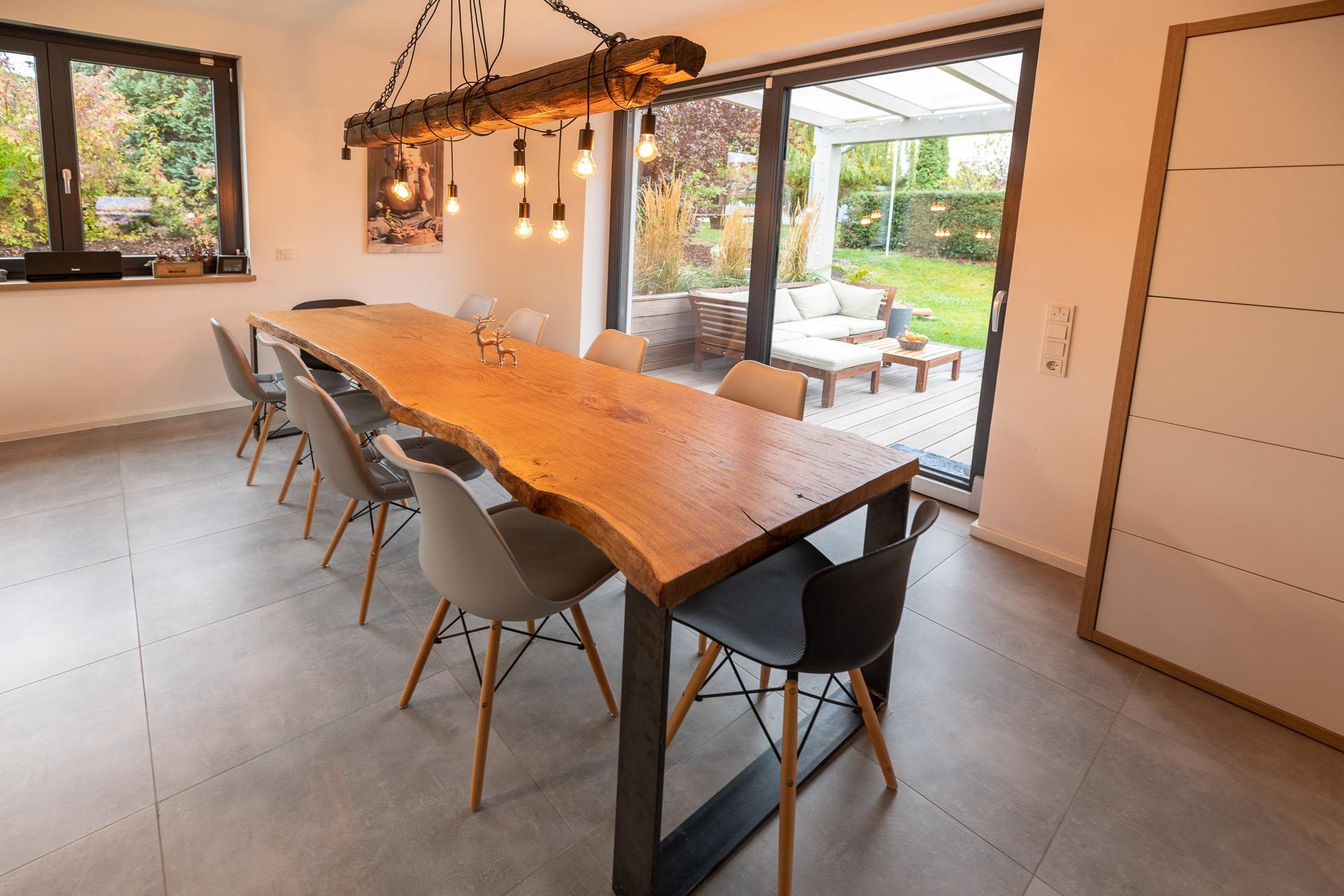 Esstisch im Industrialdesign – massive Eiche Tabletop Ware, 65mm stark, Baumkante 3200 mm x 850 mm, gebürstet und geölt